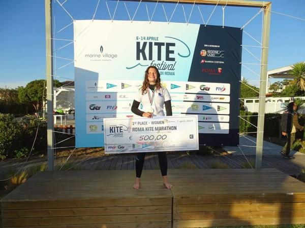 Irene Tari riceve il premio del valore di 500 euro al Kite Festival